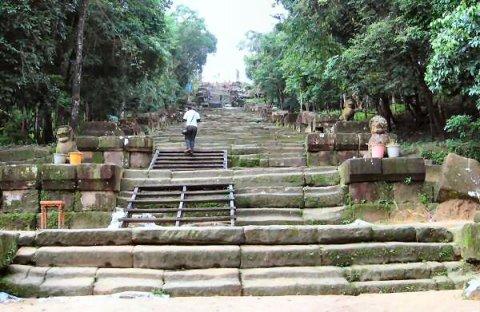 Climbing up Khao Phra Wiharn
